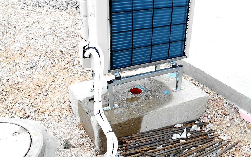 Montierte Ausseneinheit der Luft-Wasser-Wärmepumpe.