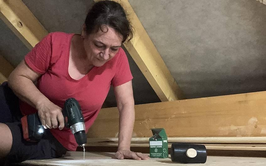 In Eigenregie hat die Bauherrin den Fußboden des Dachbodens verlegt.