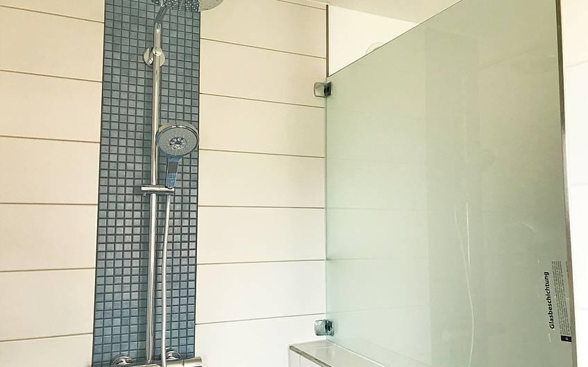 Dusche mit Glasscheibe im Kern-Haus Centro in Magdeburg