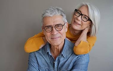 Paar lächelt in die Kamera