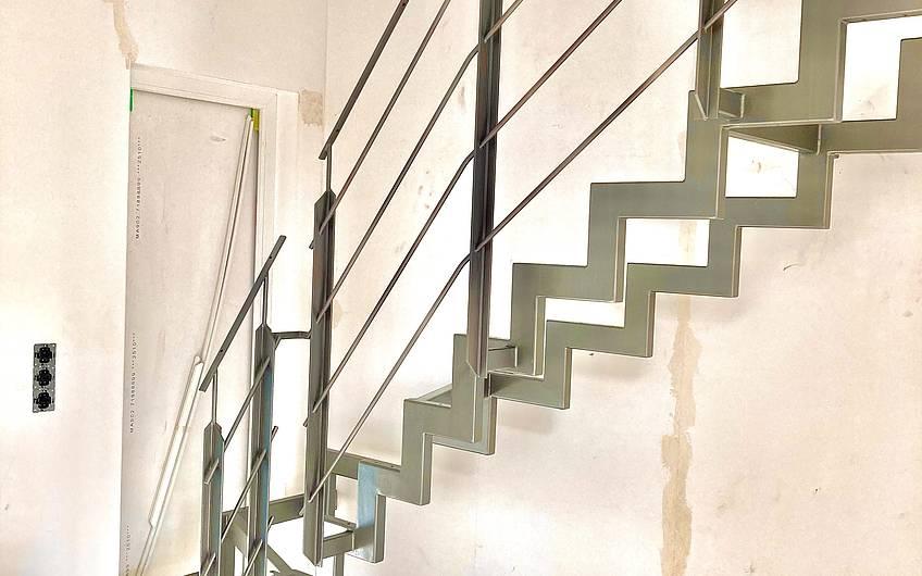 Die Treppenkonstruktion wurde mit dem bemusterten farblichen Erstanstrich versehen