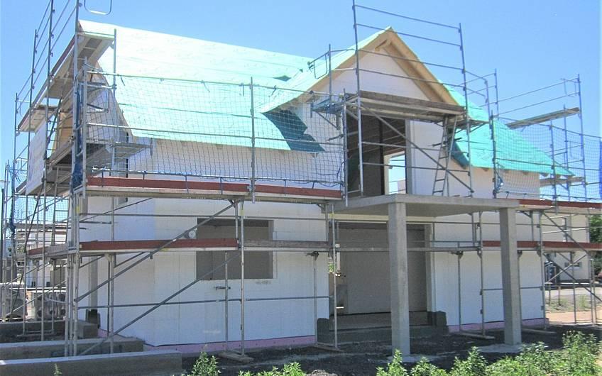 Die Vorbereitungen für die Dachlattung sind abgeschlossen.