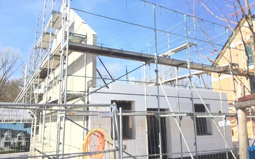 Brandschutzwand der individuell geplanten Doppelhaushälfe Twin L von Kern-Haus in Ketsch