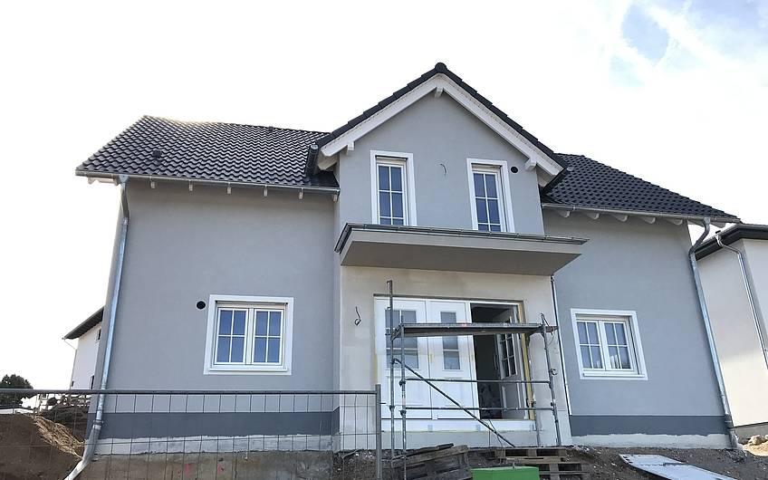 Eingangsseite des individuell geplanten Einfamilienhauses Aura von Kern-Haus in Weinheim-Rippenweier