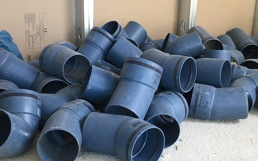 Viele Teile sind für das Verlegen der Abwasserleitungen nötig.