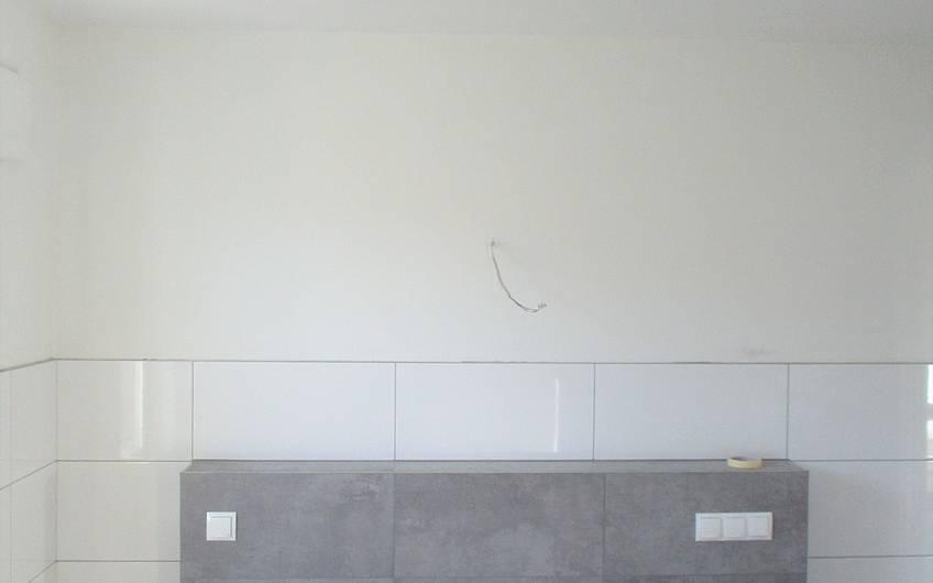 Die Vorwand wurde für die Installation der Waschbecken gefliest.