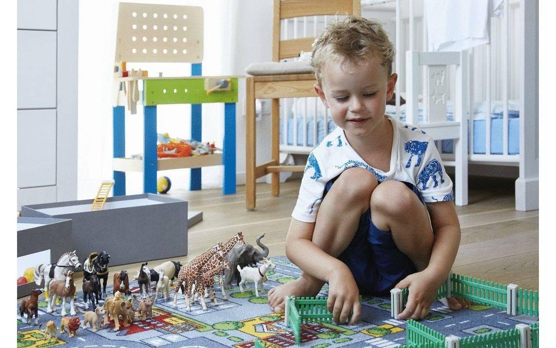 Junge im Kinderzimmer